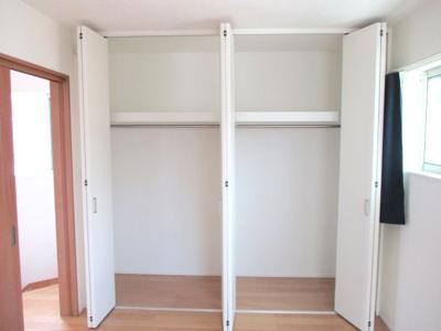 天井付近まで収納があり、部屋にタンスがいりません。