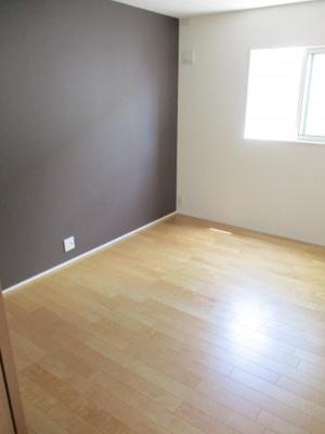 2階洋室の中部屋ですが、明るく生活できます。