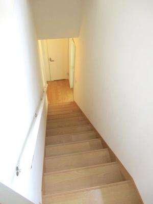 階段はリビングを経由して2階に上がることができます。