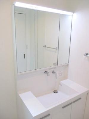 三面鏡洗面化粧台。