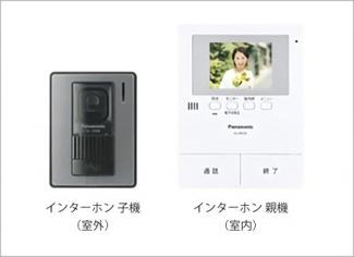 手放し通話ができ、送話表示灯で送話・受話状態が確認できます。映像と音声で玄関先の様子をチェックできるモニター機能や、夜間の訪問者の顔も確認できるLEDライトを装備しています。