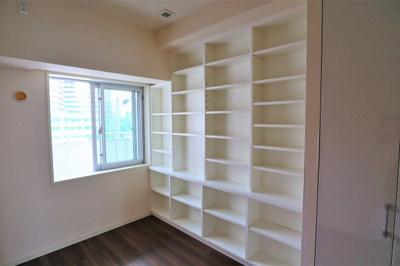 洋室 約5.0帖には大きな収納棚が有りテレワークスペースやお子様の学習スペースとしても活躍します。