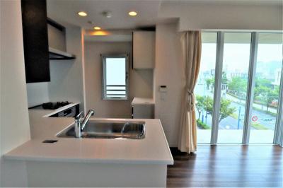 オープンキッチンで一緒にお料理がしやすいですね。 キッチンには窓も有ります♪