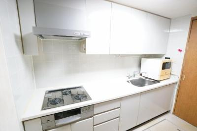 独立キッチンの為、来客時には扉で隠せます