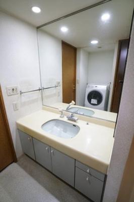 全面鏡の洗面台。キッチンからの2WAYで家事動線が楽