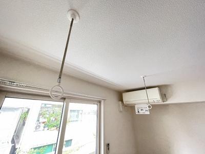 洋室6.6帖のお部屋にある室内物干しです!雨の日やお出掛け時の室内干しにとても便利☆花粉や梅雨の時期に重宝しますね♪