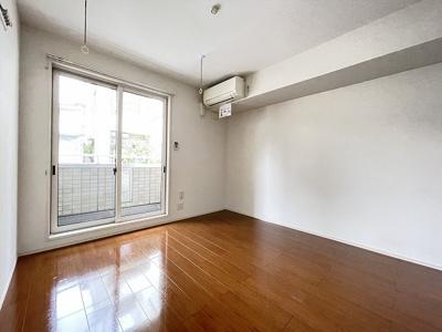 バルコニーに繋がる西向き洋室6.6帖のお部屋です!エアコン付きで1年中快適に過ごせますね☆フローリングなので毎日のお手入れもラクラクできちゃいます!