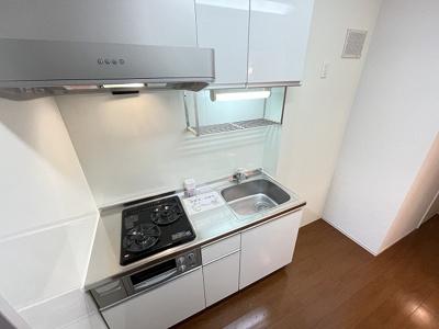 3.3帖のキッチンスペースです♪たっぷり収納もあるシステムキッチンでお料理もはかどります!
