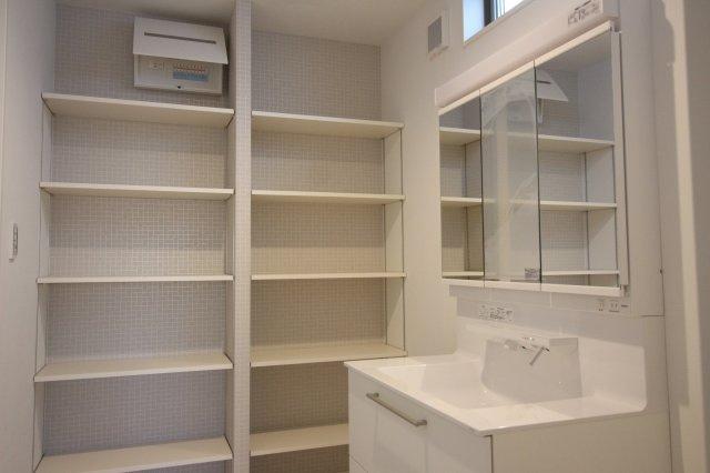 可動棚をつけて収納力のある洗面室も可能です♪ (当社施工例)