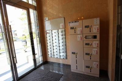 宅配ボックスも設置されているため、不在時の宅配物受け取りも安心。