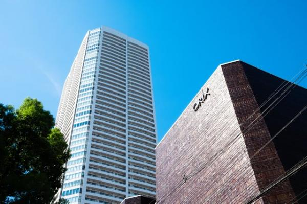 【外観】都心に居住しながら、日本の美しい四季を楽しめます。 隣にはイベントや演劇などが行われるオリックス劇場があります。