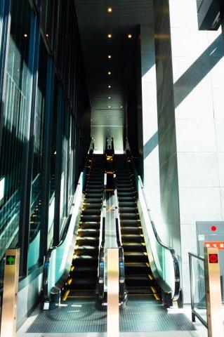 【エスカレーター】ガラスウォールの内側には、陽光溢れるエスカレーターホールが広がります。