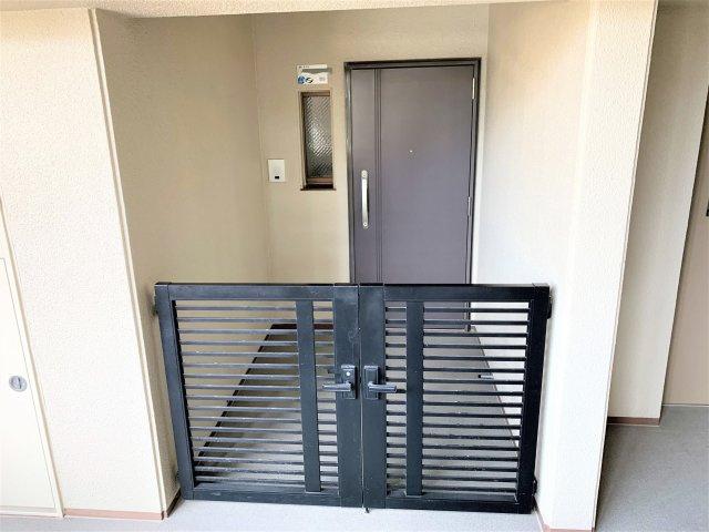 玄関前にポーチがあるので、プライベートが保たれています