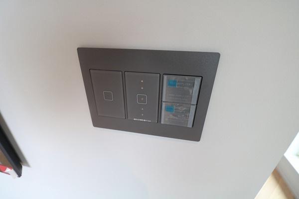 照明スイッチもデザイン性の高いものが使われています♪