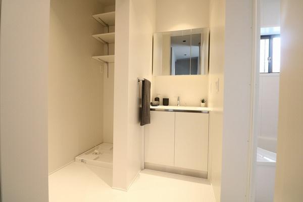 デザインホテルを彷彿させるお洒落な洗面所です♪ 洗剤やバスタオルなどを収納出来る棚付き♪