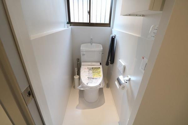 ホワイトグレーで統一されたお洒落なトイレ。ウォシュレット付きです♪
