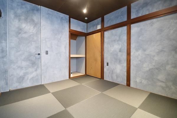 琉球畳を使用した1階6帖和室。壁も他とは被らない味のあるデザインになっております♪