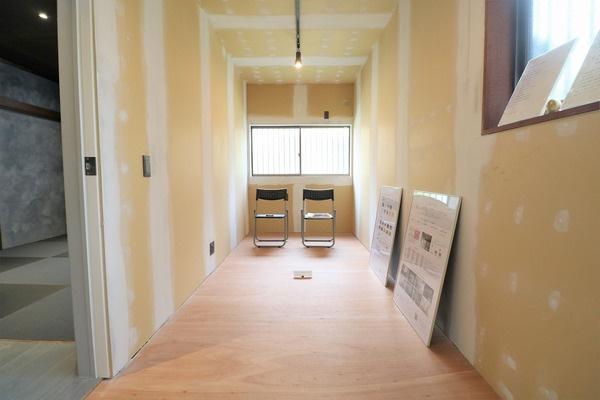 6帖居室。こちらは「未完成物件」というコンセプトのお部屋で用途が一切決まっておらず住む方に合わせて作っていくお部屋になります。また、このままお住み頂いてDIYしていくということも出来ます♪