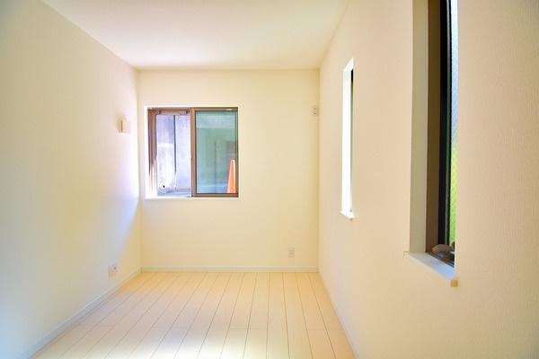 3面採光の明るいお部屋となっております。 落ち着きのある洋室です! 休日はこちらでおくつろぎ下さい♪