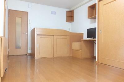 ベット下収納等収納スペースが多いお部屋です。