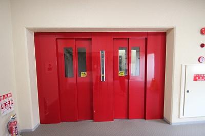 エレベーターは各階に停車し2基あるので朝の混雑時もスムーズです。