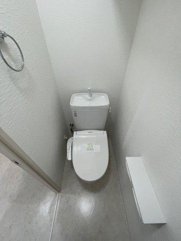 温水洗浄便座付トイレ新品交換しております!
