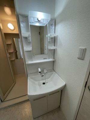 シャワー付独立洗面台へ新品交換しております!