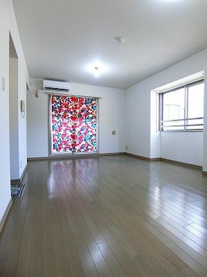 バルコニーに繋がる南西向き角部屋三面採光洋室12.3帖のお部屋です!エアコン付きで1年中快適に過ごせますね☆