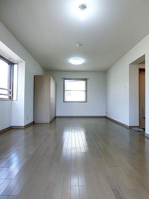 クローゼットと収納スペースのある南西向き洋室12.3帖のお部屋です!荷物を収納できてお部屋がすっきり片付きます☆※参考写真※