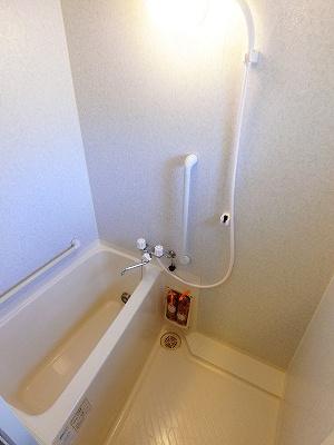 追い焚き機能付きバスルーム♪窓があるので湿気対策もOK!お風呂に浸かって一日の疲れもすっきりリフレッシュ♪