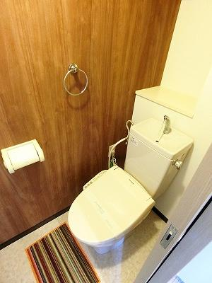 人気のシャワートイレ・バストイレ別です♪横にはタオルを掛けられるハンガーもあります♪壁紙はオシャレな木目調クロス☆