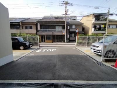 敷地内には平面駐車場がございます。 (空き状況はその都度ご確認下さい)