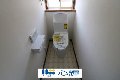 汚れをふき取り易いフロアと白い壁で統一。洗浄便座になっていますので、清潔にご使用頂けます。
