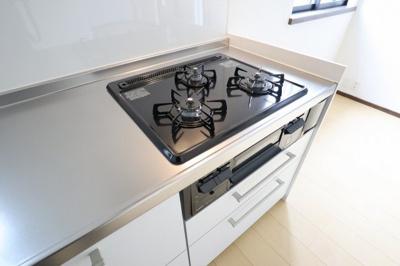 毎日料理をする、料理が好き、家族が多くて量を作る必要がある、等の方々にとっては必須の3口コンロ。同時進行で効率アップはもちろん鍋を移動する回数が減り、無駄な動きを軽減することが出来ます(*'▽')