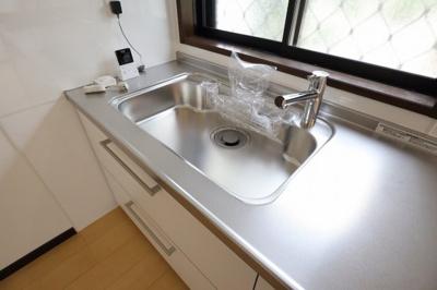 採光のとれ明るい『美しく&使いやすい』。奥様想いのキッチン空間。優しい温もりを醸し出すキッチンは料理の為の配慮を散りばめられた仕様です
