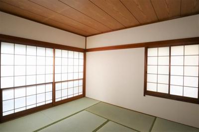心静める事が出来るプライベートなスペース。 8帖、2か所窓があり採光もしっかりとれます。