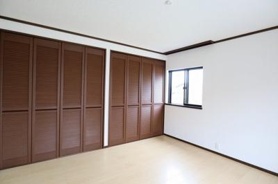 2階、洋室8帖 心と体をゆったりと安らげる主寝室。寝室のゆとりが大きい分だけ、暮らしの安らぎは深まります。