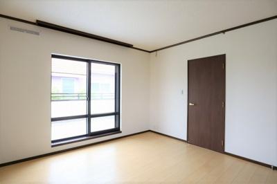 2階、洋室8帖 一日の疲れを癒すだけでなく、ご夫婦の親密な語らいを紡ぎ出します。