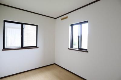 洋室、採光が2か所とれ明るく、風も入ります
