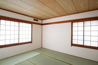 2階、和室 心静める事が出来るプライベートなスペース。 8帖、2か所窓があり採光もしっかりとれます。
