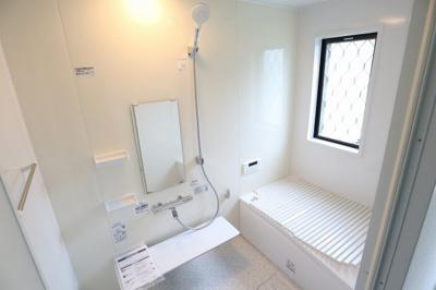 浴室は快適なだけではなく、清潔さを保ち易い工夫も必要ではないでしょうか。汚れをはじく素材を採用したバスユニットを導入致しました。
