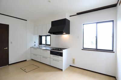 キッチンは家事に集中しやすく、上下に収納があり、調理器具などを仕舞うことができます。