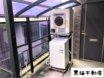 洗濯機と乾燥機が共用部へ備え付けなので購入の必要がありません。