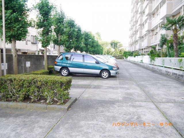 広々とした駐車場が敷地内にあります。