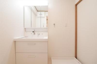 朝の身支度には欠かせない三面鏡付き独立洗面化粧台