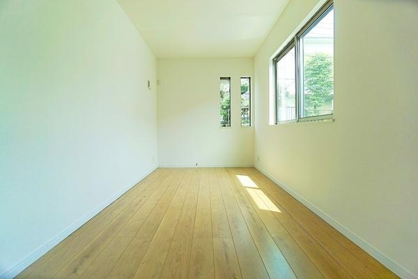 とても窓が大きく、明るいお部屋となっております。 収納もしっかりあり、お荷物もスッキリです!