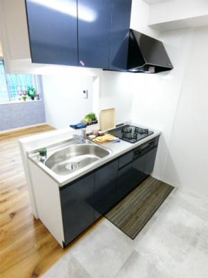 ガスコンロ設置可能のキッチンです☆場所を取るお鍋やお皿もたっぷり収納できてお料理がはかどります!※参考写真※