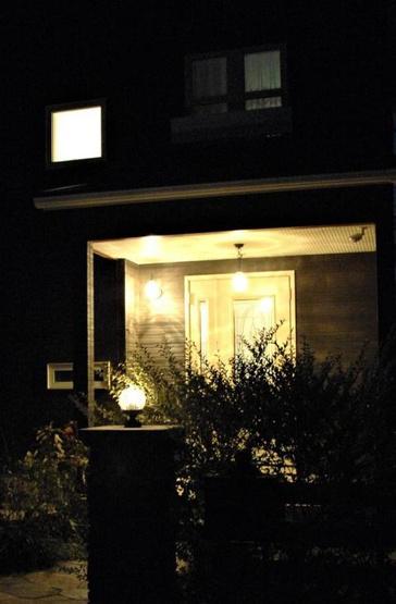 夜間の玄関部分!おしゃれにライトアップされています(*^^*)