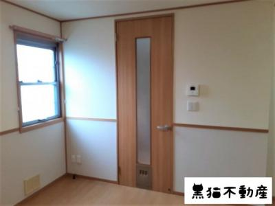 各部屋の扉にはペットが通れるタイプの扉が採用されています。