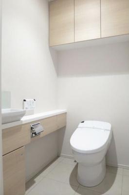 タンクレストイレでスッキリしたデザイン!手洗いカウンター付き!